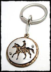 Szegecselt ezüst-bronz lovas kulcstartó