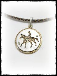 Szegecselt ezüst-bronz lovas medál