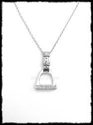 Ezüst köves kengyel medál aranyozott szíjjal
