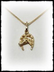 Arany patkós lófej medál