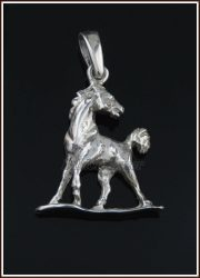 Visszanéző ló medál ezüstből