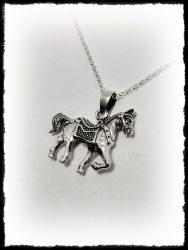 Ezüst felnyergelt ló medál